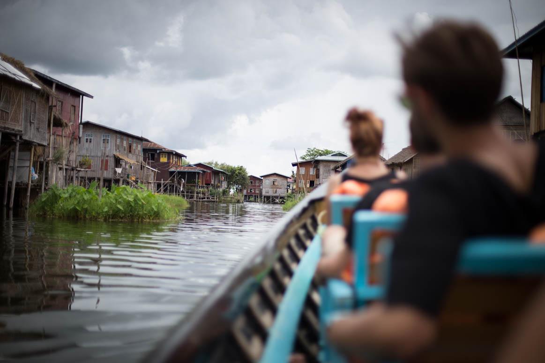 Fahrt durch ein schwimmendes Dorf