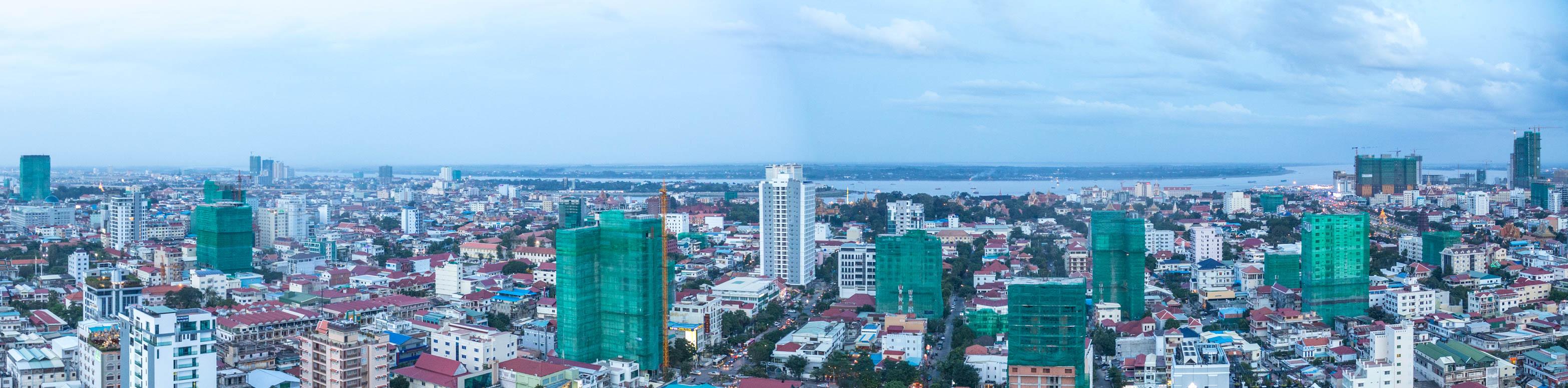Grüne Baustellengerüste prägen das Bild der Stadt.
