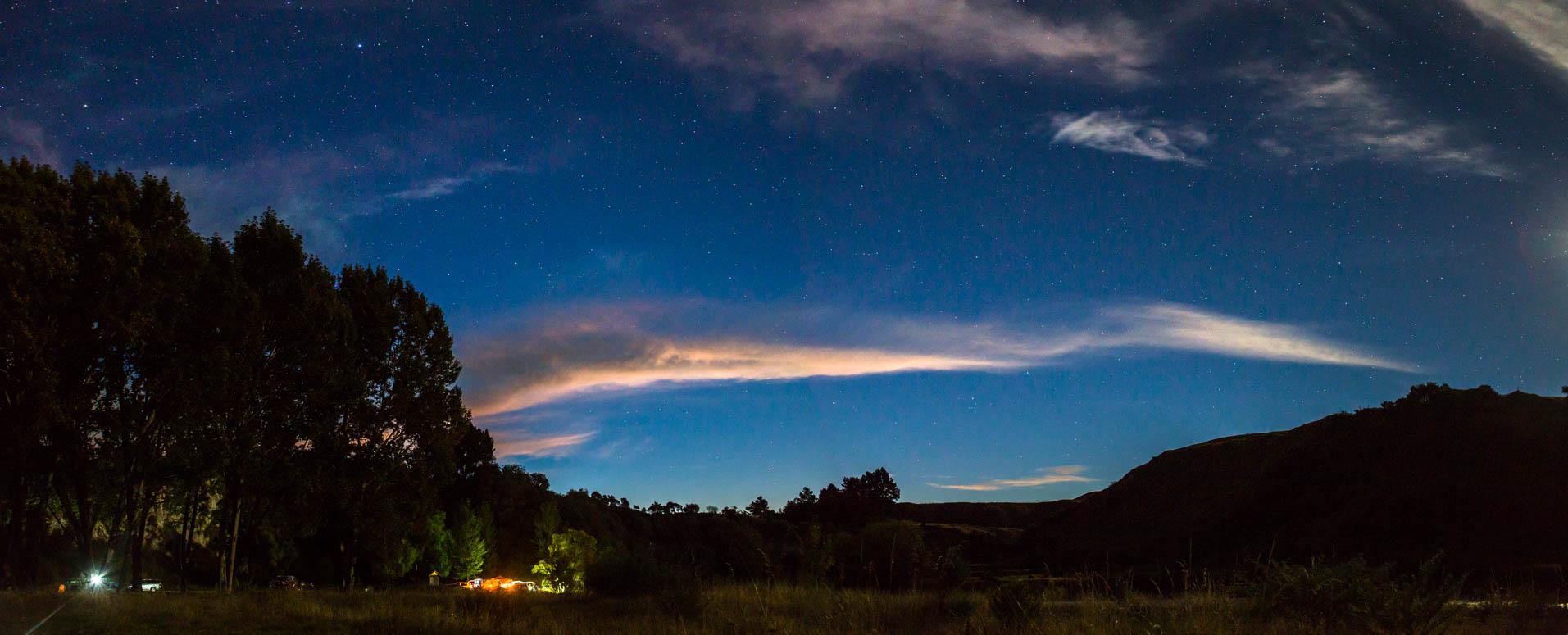 Der Nachthimmel ergänzte sich wunderbar mit dem Setting der umliegenden Hügel