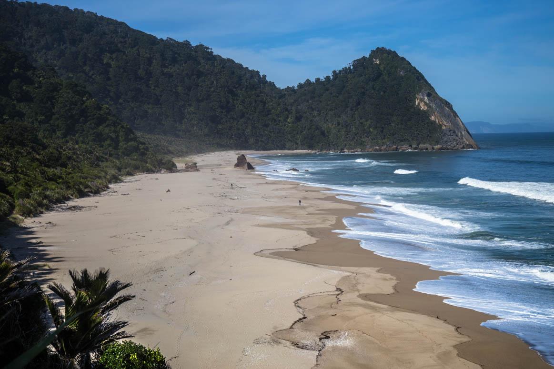 den Strand entlang wandern